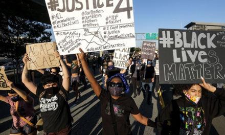 洛杉矶数百名抗议者无防护聚集抗议!为明州黑人死者喊冤!专家警告开放太快或引发第二次疫情爆发