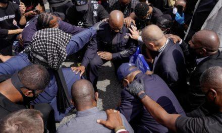 洛杉矶警察为何当街下跪?为什么ins上发黑色图片是在帮倒忙?