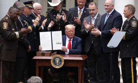 特朗普签署了监督警察行动的命令,警察无生命威胁不得使用锁喉!昨日不是手机坏了是T-mobile信号断了!