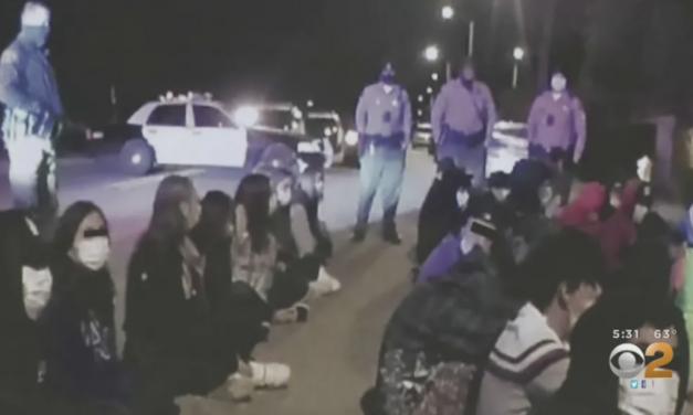一边数百尸体堆在冷藏卡车中,另一边千人疯狂违规Party,还有一群人在街头游行打架……